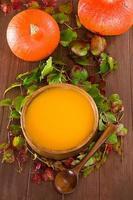 kürbissuppe in einer schale foto