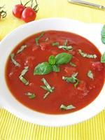 Tomatensuppe mit Basilikum foto