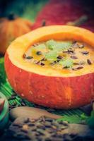 Sahne Kürbisbrei Suppe serviert Gericht foto