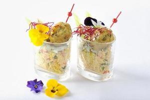 Falafel auf einem Bett aus Raita-Joghurt und Tabouleh-Salat foto