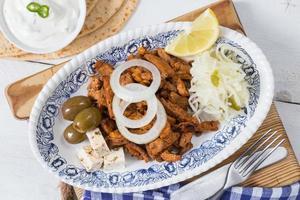 Gyros mit Tzatziki-Krautsalat-Oliven und Feta-Käse foto