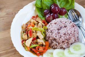 Hühnchen und Gemüse mit Reis umrühren