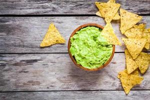 hausgemachte Guacamole mit Corn Chips Draufsicht foto