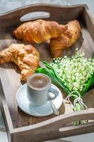 süßer Kaffee und Croissant foto