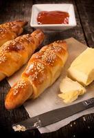 Croissant mit Butter und Marmelade foto