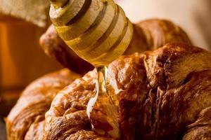 Croissants mit Honig foto
