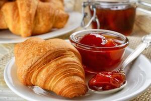 Frühstück mit frischen Croissants und Marmelade foto