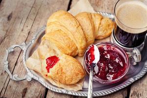 Kaffee und Croissants foto