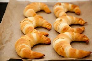 Croissants auf einem Backblech