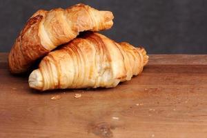Croissant Bäckerei auf Teak foto