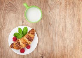 Milch und frisches Croissant foto