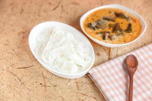 thailändische Fadennudeln mit Curry gegessen, thailändisches Essen