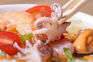 klein ein Oktopus halten Essstäbchen Makro