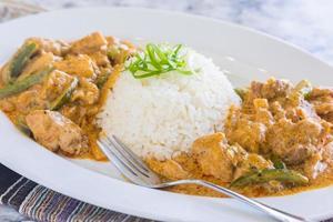 Hühnchen-Panang-Curry mit weißem Reis und Gabel foto