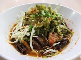 thailändische Fadennudeln mit Curry und Gemüse gegessen, thailändische Nudeln foto