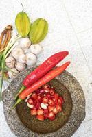 Mörser mit Chili, Zwiebel und Knoblauch