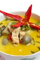 grünes Curry mit Schweinefleisch, thailändisches Essen. foto