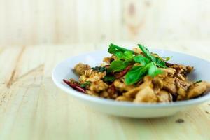 würziges thailändisches Basilikum-Huhn, das bereit ist, auf traditionellem Teller zu essen