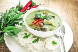 grüne Curry cremige Kokosmilch mit Huhn, beliebtes thailändisches Essen foto