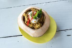 thailändisches Essen, Dampf-Meeresfrüchte mit Curry-Paste in Kokosnussschale foto