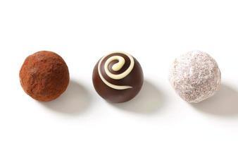 Schokoladentrüffel und Pralinen foto