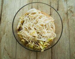 thailändische Fadennudeln mit Curry gegessen foto