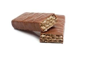 eine Schokoladenwaffel, halbiert, eine Hälfte auf der anderen foto