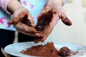 kochen Trüffel mit den Händen machen foto