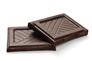 zwei Quadrate dunkler Schokolade auf weißem Hintergrund