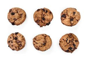 Kekse mit dunklen und Milchschokoladenstücken isoliert foto