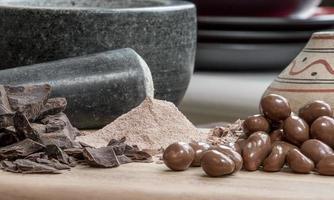 verschiedene Schokoladensorten mit aztekischem Glas foto