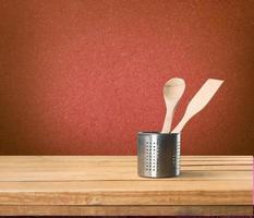Küche. Küchenutensilien auf Holztisch foto
