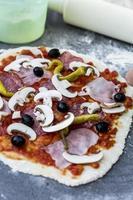 handgemachte Salami-Pizza foto