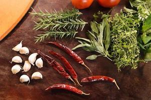 frisches Gemüse und Zutaten für Pizza foto