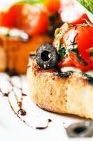Bruschetta mit Tomaten, Mozarella und Basilikum foto