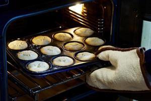 hausgemachte Mince Pies kommen aus dem Ofen foto
