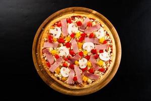 rohe Pizza auf dem Brett foto