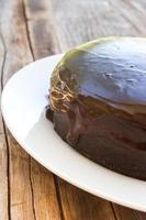 Schokoladenkuchen auf weißem Teller. foto