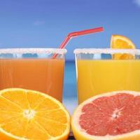 Orangensaft aus Orangen am Meer foto