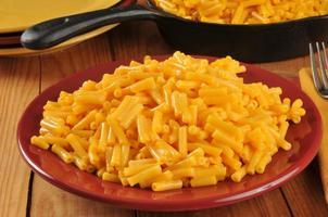 Teller mit Makkaroni und Käse foto