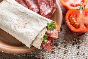 Tortilla mit Wurst und Tomaten foto