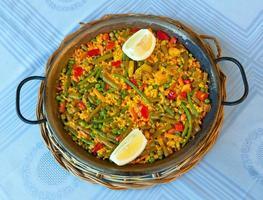Paella und Gemüse, vegetarisches Rezept. foto