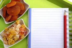 leeres Rezeptbuch mit kandierten Früchten foto