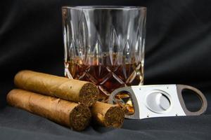 Zigarre mit Glas Whisky foto