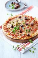 Pizza Margarita mit Oliven und Oregano foto