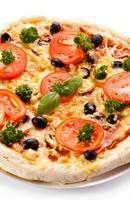 Pizza auf weißem Hintergrund foto