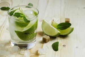 frischer Cocktail mit Soda, Zitrone und Minze, selektiver Fokus
