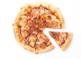 Hawaii-Pizza lokalisiert auf weißem Hintergrund foto