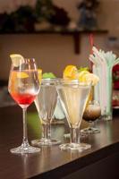 Cocktails an der Bar foto