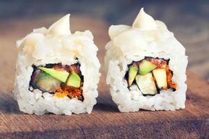 Maki Sushi auf hölzernem Hintergrund